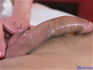 Bootilicious honey fumbles client's penis with her cooch