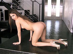 Sexpot Riley Reid gets her vag juices flowing