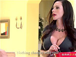 mummy Ariella Ferrera fucks her daughters-in-law admirer